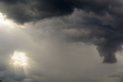 Licht, das durch die Wolken glänzt Lizenzfreies Stockbild