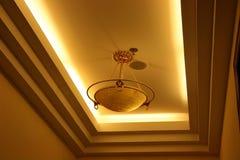 Licht dat van plafond wordt opgeschort Royalty-vrije Stock Foto's