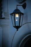 Licht in de Donkere Straatlantaarn Stock Afbeeldingen