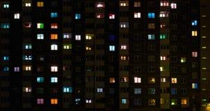 Licht in de vensters van een gebouw met meerdere verdiepingen Geschoten op Canon 5D Mark II met Eerste l-Lenzen stock video