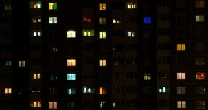Licht in de vensters van een gebouw met meerdere verdiepingen Geschoten op Canon 5D Mark II met Eerste l-Lenzen stock footage