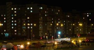 Licht in de vensters van een gebouw met meerdere verdiepingen Tijdtijdspanne op de nigh straat stock footage