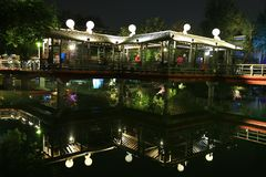 Licht-Dekoration eine Reflexion des Pavillons an einem lokalen Park lizenzfreie stockbilder