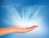 Licht in der Hand auf blauer Technologie Stockfoto