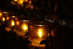 Licht der Kerze im Kirchenlicht Stockbild