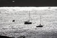 Licht der Sonne auf den Booten in der Bucht Stockfoto
