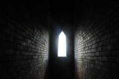 Licht des Sonnenscheinstromes durch Blockwandfenster Stockfotos