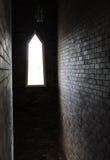 Licht des Sonnenscheinstromes durch Blockwandfenster Lizenzfreie Stockfotografie