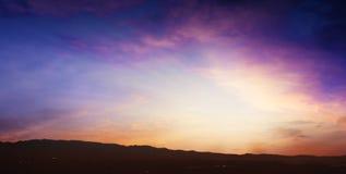 Licht in donkere hemel Mooie wolk Royalty-vrije Stock Foto's