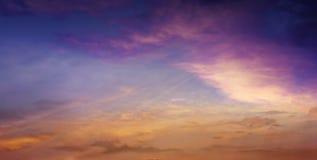 Licht in donkere hemel Mooie wolk Royalty-vrije Stock Foto