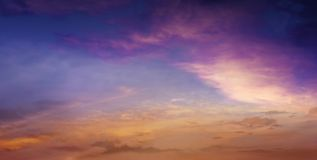 Licht in donkere hemel Mooie wolk Stock Fotografie