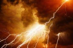 Licht in donkerrode hemel Stock Afbeelding