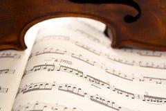 Licht door de ribben van de viool op muziekscore Royalty-vrije Stock Afbeelding