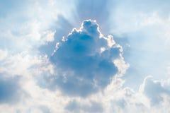 Licht door wolk Stock Afbeeldingen