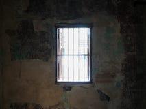 Licht durch das Fenster im Käfig stockfotografie