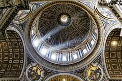 Licht durch Haube innerhalb St Peters Lizenzfreie Stockbilder