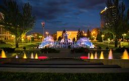 Licht en muziek de fontein in de avond in Rostov trekt aan Stock Afbeelding