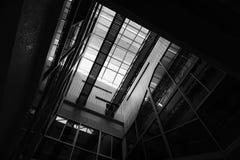 Licht en schaduw door de structuur van architectuur wordt veroorzaakt die Royalty-vrije Stock Afbeeldingen