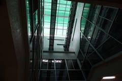 Licht en schaduw door de structuur van architectuur wordt veroorzaakt die Stock Fotografie