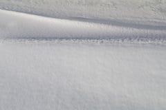 Licht en schaduw op de krommen van sneeuwbanken Stock Foto's