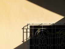 Licht en schaduw op de muren en de vensters van huizen Royalty-vrije Stock Afbeeldingen