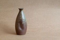 Licht en schaduwoppervlakten, uitstekende ceramische vazen die backgroun vertroebelen Royalty-vrije Stock Foto's