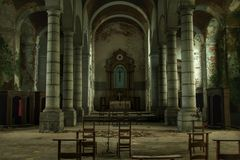Licht fällt in eine alte Kirche Lizenzfreies Stockfoto