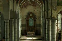 Licht fällt in eine alte Kirche Lizenzfreie Stockfotografie
