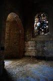 Licht fällt in eine verlassene Kirche Lizenzfreie Stockfotos