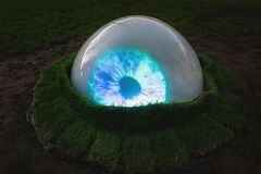 Licht Festival Amsterdam, een lichtgevend oog in een park Stock Foto's