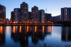 Licht-Frühlings-Sommerhäuser des nächtlichen Himmels im Park durch den Fluss Lizenzfreies Stockfoto