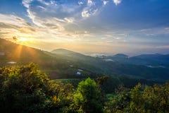 Licht gesprengt in Berglandschaft des tropischen Regenwaldes lizenzfreie stockbilder