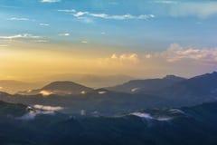 Licht gesprengt am tropischen Regenwald und am Berg stockbilder