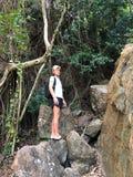 Licht-gevilde kerel in strandkleren op de achtergrond van het hangen van unieke rotsen van het Eiland Thailand op een duidelijke  royalty-vrije stock foto