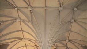 Licht Gotisch plafond in het kasteel Malbork in Polen stock videobeelden