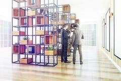 Licht houten bureau, affichegalerij, mensen Stock Fotografie