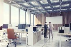 Licht houten open bureau, computers, mensen, kant Royalty-vrije Stock Foto's