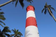 Licht huis onder kokospalmen Stock Afbeeldingen