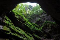 Licht im Höhleneingang Stockbild