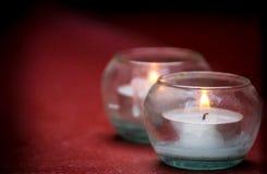 Licht-Kerzen mit Feuer im Glas Lizenzfreie Stockbilder