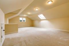 Licht leeg ruimtebinnenland in zachte beige tonen Royalty-vrije Stock Foto