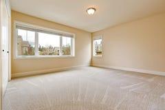 Licht leeg slaapkamerbinnenland in zachte beige tonen Royalty-vrije Stock Fotografie
