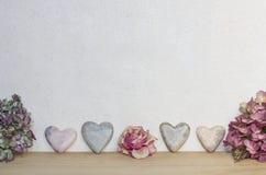 Licht marmerachtergrond met harten en droge bloemen Stock Afbeeldingen