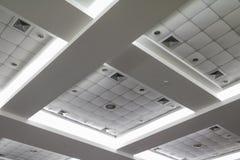 Licht neon van plafond van de bedrijfsbureaubouw Stock Afbeelding