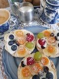 Licht ontbijt in blauw en wit stock afbeelding