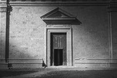 Licht op een oude voorgevel van Toscanië Stock Afbeelding