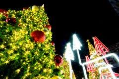 Licht op Kerstboom om Kerstmis en Nieuwjaarfestival te vieren Stock Foto's