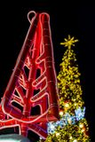 Licht op Kerstboom om Kerstmis en Nieuwjaarfestival te vieren Stock Afbeelding