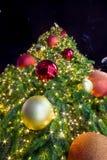 Licht op Kerstboom om Kerstmis en Nieuwjaarfestival te vieren Royalty-vrije Stock Foto's