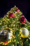 Licht op Kerstboom om Kerstmis en Nieuwjaarfestival te vieren Royalty-vrije Stock Afbeelding